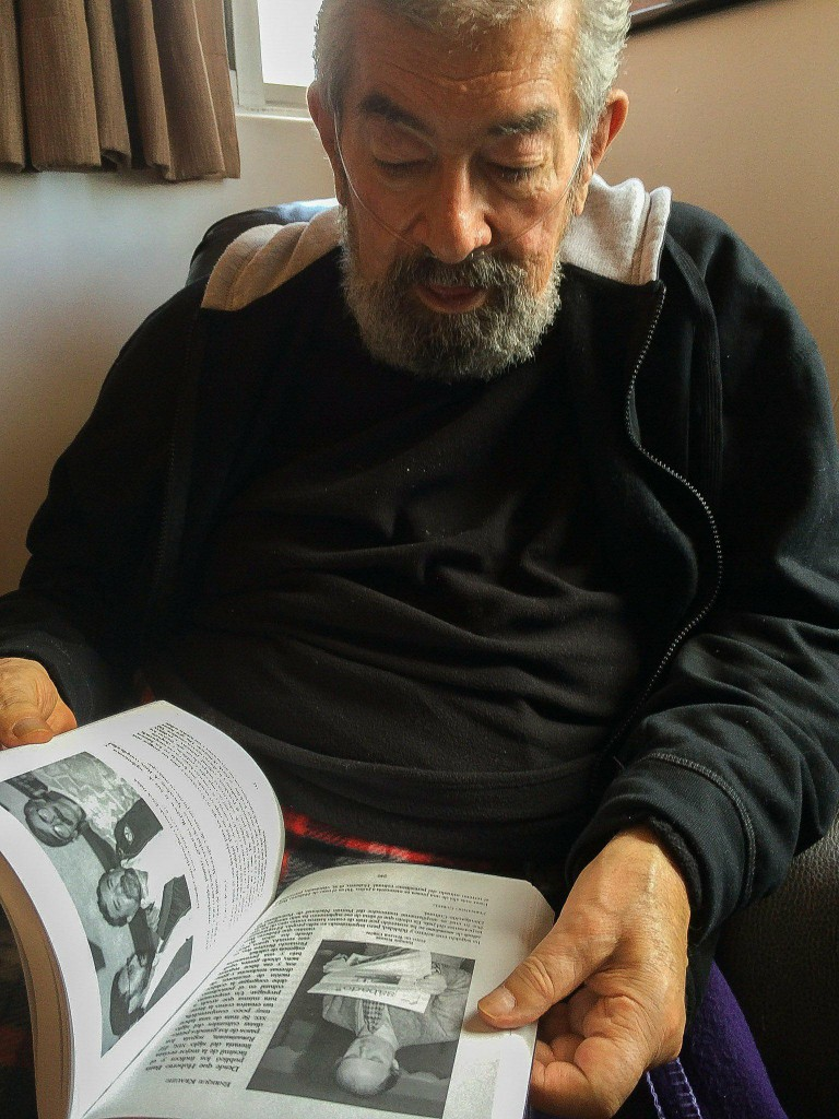 """""""Mostrando una imagen con Emmanuel Carballo y Alberto Ruy Sánchez""""."""